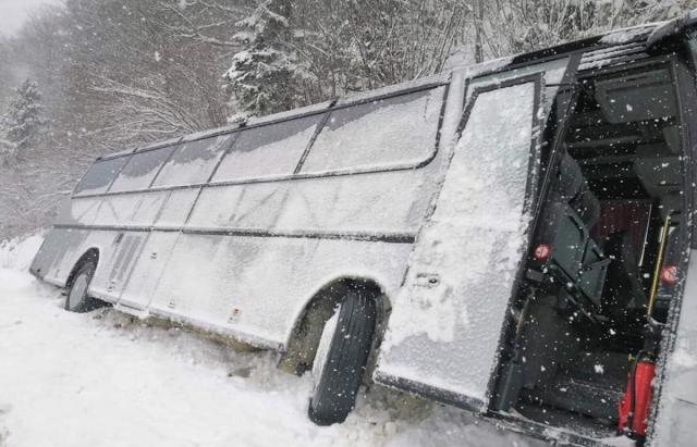 На горном перевале в Карпатах автобусс туристами слетел в кювет (ФОТО)