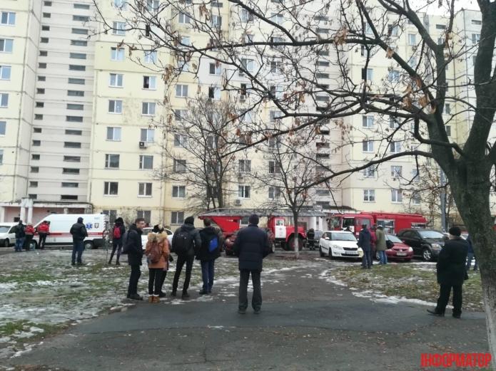 Запах гари слышен на всю округу: На столичной Оболони произошел масштабный пожар в многоэтажке (ФОТО)