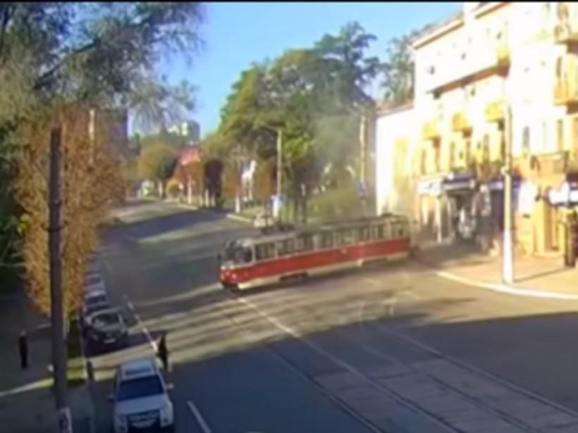 В Каменском трамвай сошел с рельсов и разнес припаркованные авто (ВИДЕО)