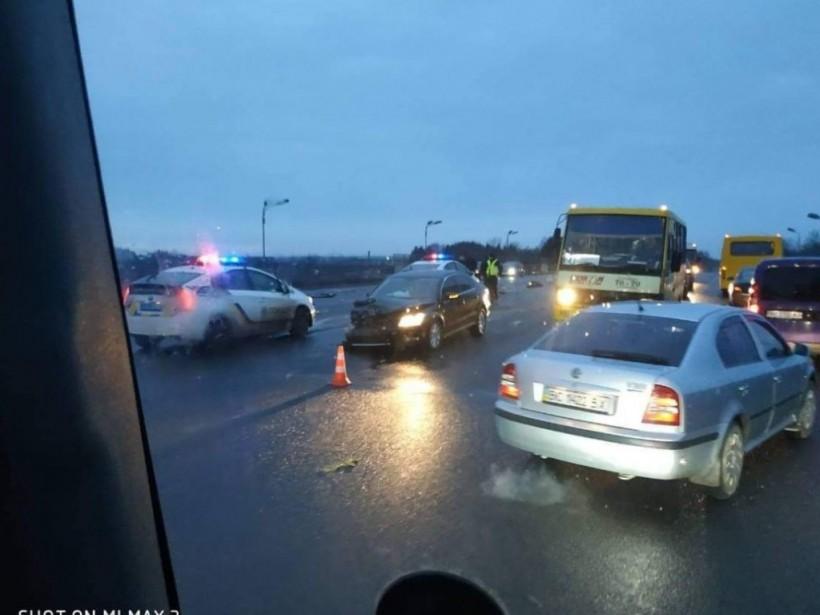 На мосту во Львове произошло смертельное ДТП: мужчина вылетел через лобовое стекло (ФОТО)
