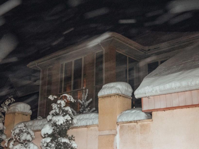 На Осокорках в Киеве во двор частного дома бросили взрывпакет (ФОТО, ВИДЕО)