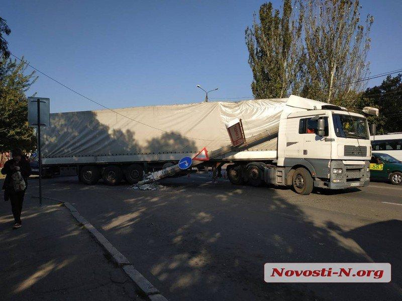 Снес столб и оборвал провода: В Николаеве грузовик неудачно отъехал от супермаркета (ФОТО)
