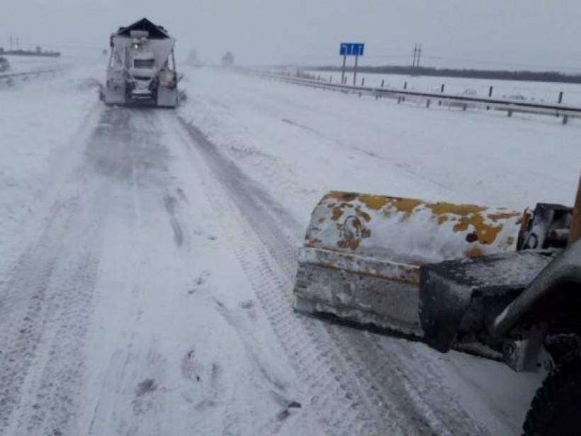 Из-за непогоды в Украине частично ограничено движение транспорта