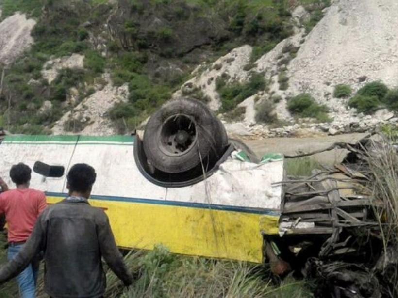В Индии школьный автобус упал в ущелье: погибли 6 детей