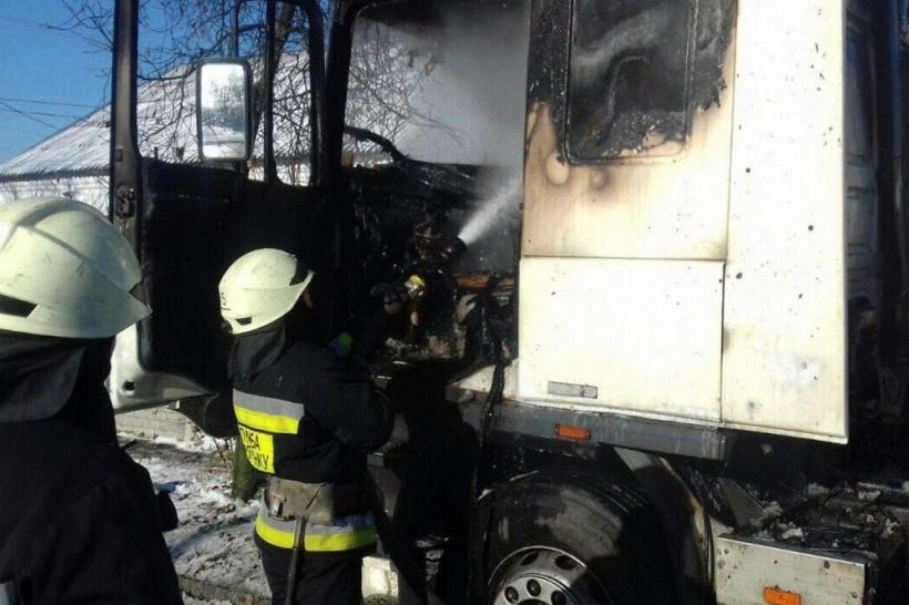 Восстановлению не подлежит: В Днепре сгорела припаркованная фура (ФОТО)