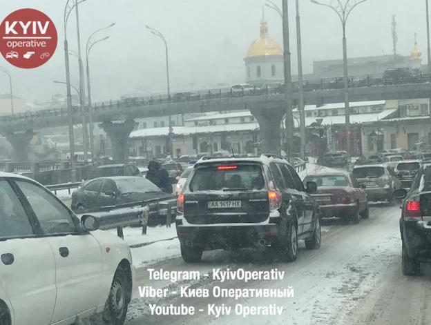 В Киеве на улице Елены Телиги авто влетело в остановку, где стояли люди (ФОТО)